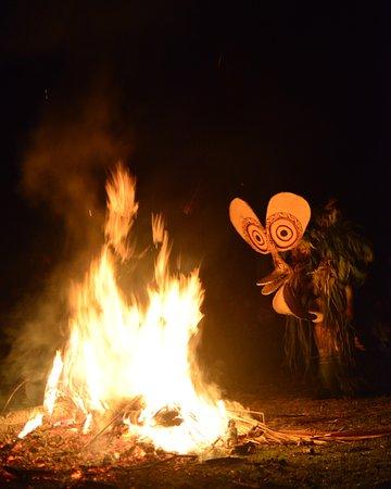 East New Britain, Papua New Guinea: Festival des masques : Danse du feu des Baining