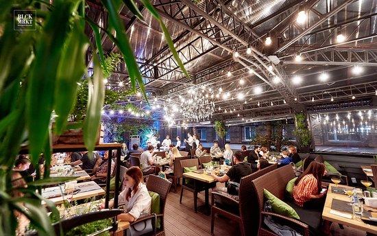 sonyu-nenavyazchiviy-otsos-v-restorane-pod-stolom-na-publike-zakrichala