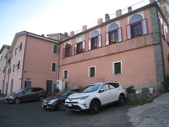 Albergo La Veranda : Parking et salle restaurant à l'étage