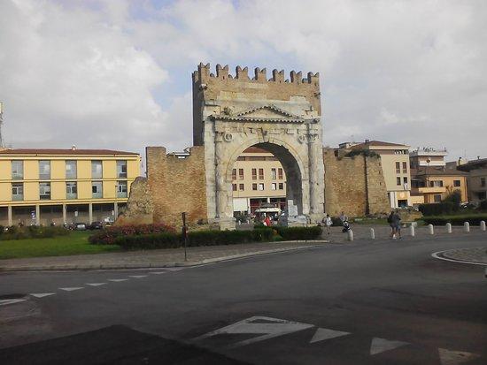 Arco d'Augusto: Арка.