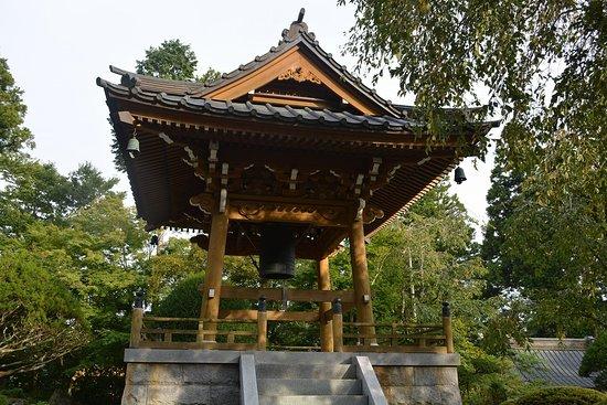 日本初のオペラ歌手「三浦環」の墓碑があります