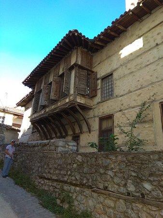 Siatista, Greece: Αρχιτεκτονικά αριστουργήματα αφημένα στη φθορά του χρόνου.