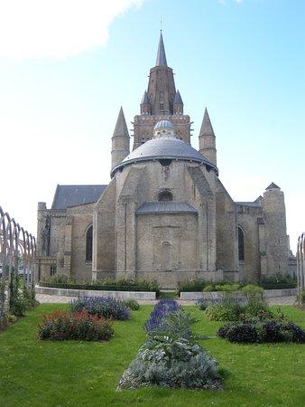 Eglise Notre-Dame: ND de Calais vue du jardin Tudor