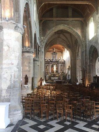 Eglise Notre-Dame: L'intérieur et le retable dans le Cœur