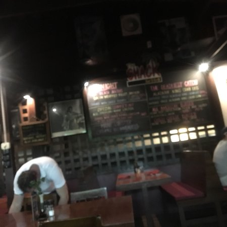 The Shack Bar And Grill: Кухня для американцев нечего немецкого!!!!  Очень шумно! Вкусно, но обслуживание слишком суетное