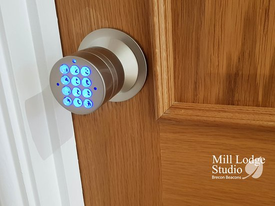 Gilwern, UK: All guest rooms have illuminated electronic code locks
