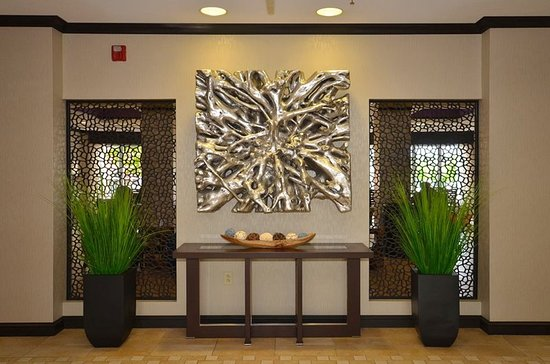Holiday Inn Express Hotel & Suites Farmington: Lobby