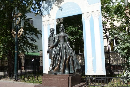 ‪Monument to Pushkin And Goncharova‬