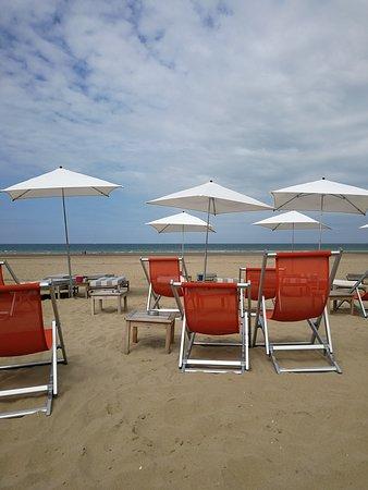 Tourgeville, ฝรั่งเศส: Vue sur la plage depuis le restaurant la Folie Douce Deauville