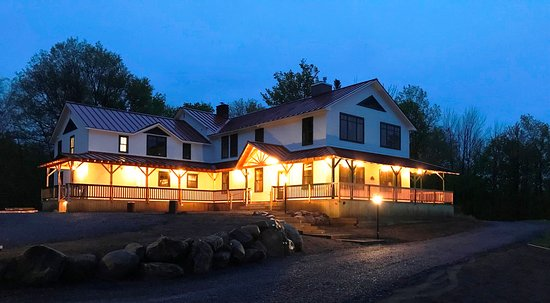 Piseco, Nova York: Warm and inviting - Irondequoit Inn main lodge