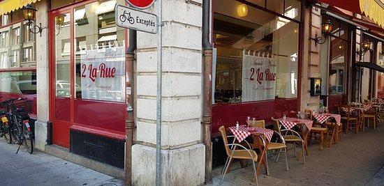 2 La Rue : Bienvenue, cuisine ouverte à midi et tard le soir, cordon bleu de veau