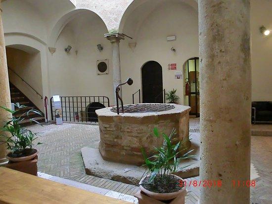Il cortile interno del Palazzo Vescovile