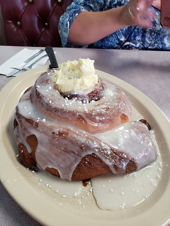 Mary's Family Restaurant: Giant cinnamon rolls