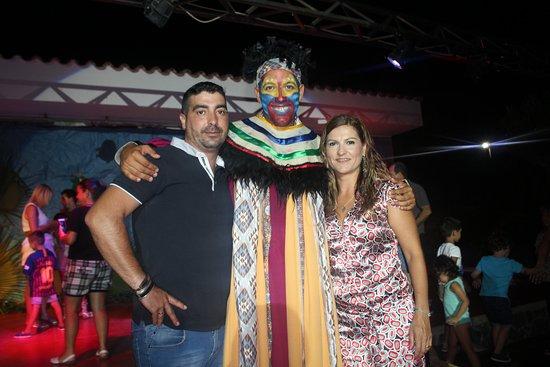 Marbella Playa Hotel: Aqui con Sergio uno de los xicos de animacion..una actuacion magnifica del REY LEON!!