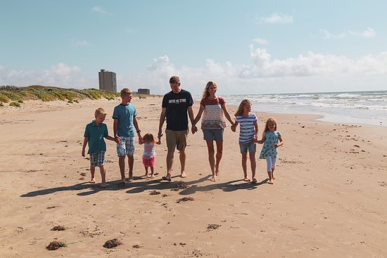 Port Royal Ocean Resort & Conference Center: Family enjoying beach area