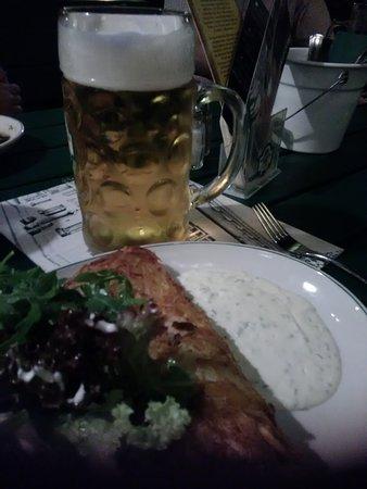 Schwabenbraeu: Rösti gefüllt mit Lachs, dazu Salat und Kräutersoße. Leicht und lecker:-)