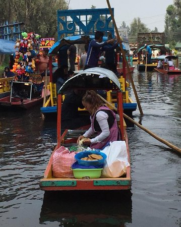 Xochimilco: Cooking for tourists passing by.