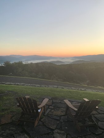 Laurel Point Retreat: Beautiful morning views from the main home.