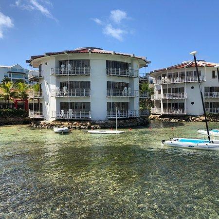Una de las mejores alternativas en la isla, pero requiere mejoras de infraestructura y servicio