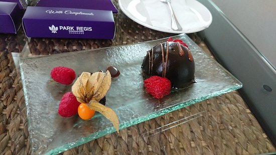 Park Regis Singapore: welcome cake