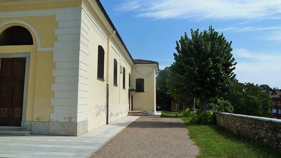 Invorio, อิตาลี: Lato destro della chiesa