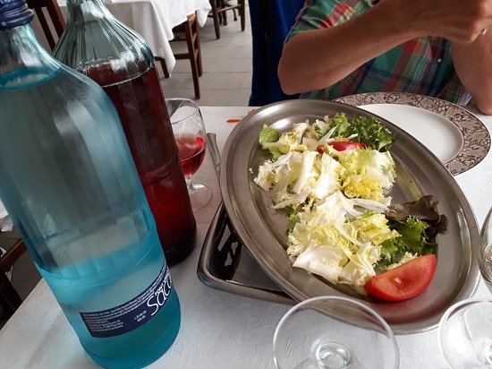 L'Armentera, España: standaard op tafel een schaal groen