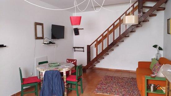 Cucina, con scala per andare in camera da letto - Picture of ...