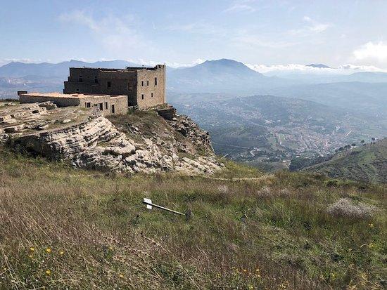 I resti della fortezza spagnola e la sottostante Piana di Valderice !