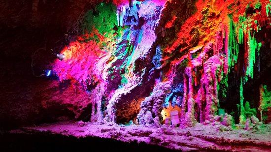 Shenandoah Caverns, VA: Colored lighting in caverns