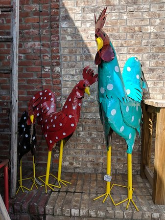 Prairie Grove, AR: The turquoise chicken was 5 ft. tall! So much fun to see stuff like this!