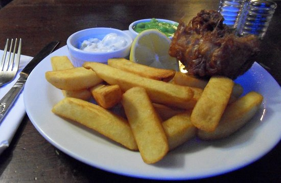 Ockley, UK: Fish & Chips - hot & delicious !