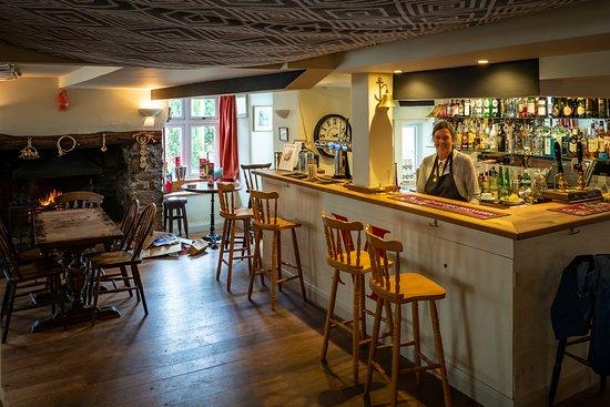 Cornworthy, UK: Ruth behind the bar