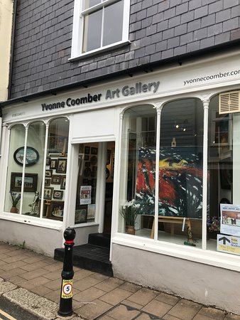 Totnes, UK: Art Gallery/shop, top of town.