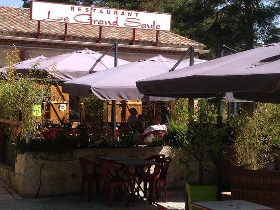 Seranon, France : le restaurant et la terrasse