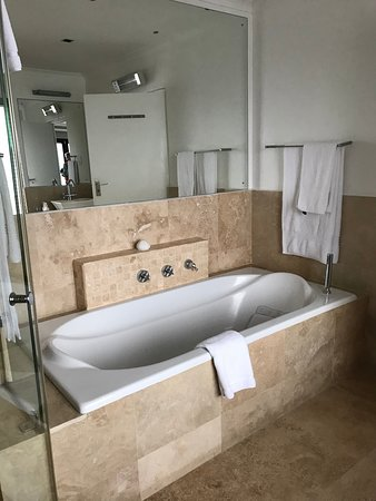 De Kelders, Südafrika: Very roomy bathtub. Bathroom includes large shower also.