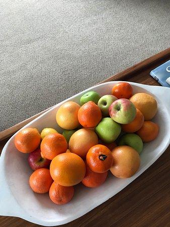 De Kelders, Südafrika: Large platter of fresh fruit greeted us as we entered our room.