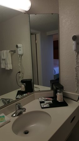 La Quinta Inn Pittsburgh Airport : Separate room for sink and mirror better for couple traveling together.