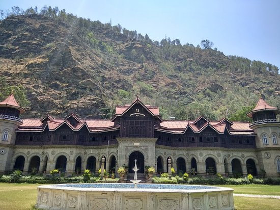 Rampur, Ấn Độ: Palace with hill on the background