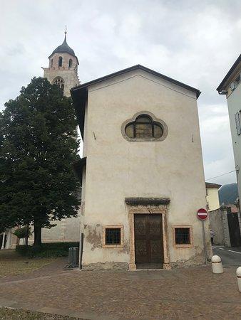 Pergine Valsugana, Italy: Fcciata con campanile di un altra chiesa: Santa Maria