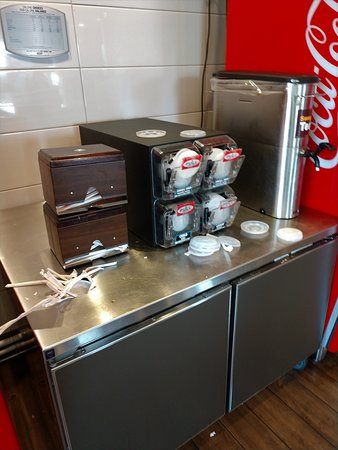 Kingsburg, CA: Not any cleaner at the drink counter.