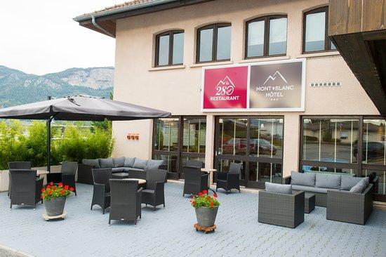 Saint-Pierre-en-Faucigny, França: Prenez le temps de vous détendre avec un apéritif sur notre terrasse.