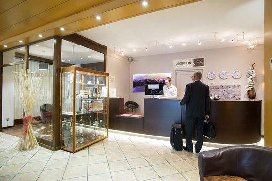 Saint-Pierre-en-Faucigny, França: Bienvenue à la réception du Mont Blanc Hotel