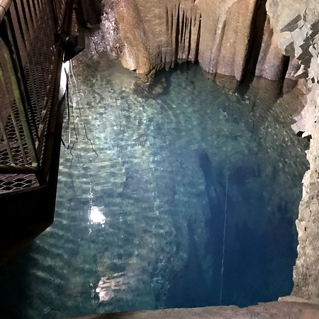 Inazumi Underwater Cave: 水中鍾乳洞の観覧部の最深部では、さらに調査用のロープが水中に