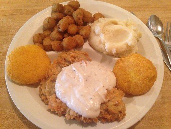 Henderson, تكساس: Chicken Fried Steak, Okra, Hot Water Cornbread