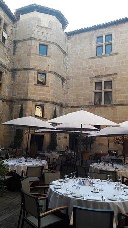 Couiza, France: Patio central del castillo - Restaurante al aire libre