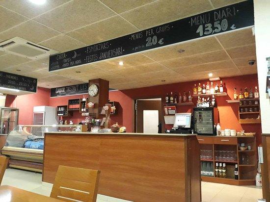 Celra, Spanien: Il bancone con le varie offerte