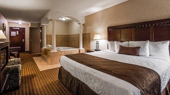 Best Western Plus Main Street Inn: Take a well-deserved break in the Jacuzzi suite.