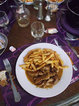 Beg-Meil, França: Veal & chips with a carafe of red.