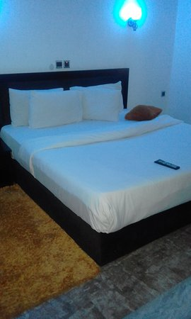 Yenagoa, Nigeria: Cozy bed at the Crystal