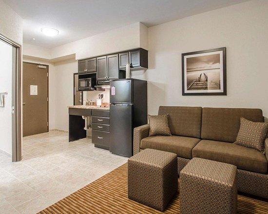 Estevan, แคนาดา: Spacious suite with sitting area